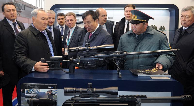 Назарбаев со снайперской винтовкой